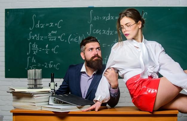 Oprzyj się pokusie. pokusa seksualna w miejscu pracy. flirt nauczyciela i ucznia. prowokacja seksualna. wywołaj pożądanie seksualne. pożądany nauczyciel przytulania dziewczyny. inteligentna jest nowa seksowna. nauczanie z pasją.