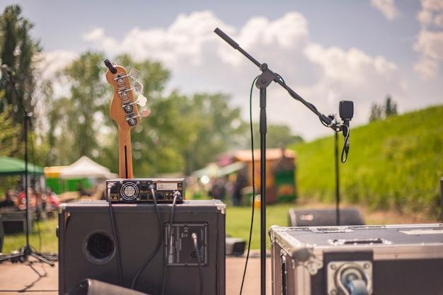 Oprzyrządowanie dla muzyków, w tym wzmacniacze i gitara elektryczna, ustawione na scenie gotowe do rozpoczynającego się koncertu