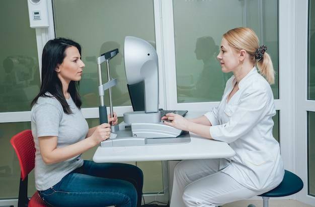 Optometrysta wykonuje topografię rogówki. badanie rogówki. klinika okulistyczna