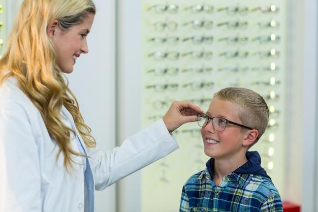 Optometrystka przepisująca okulary młodemu pacjentowi