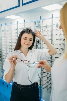 Optyk i klient wybiera oprawkę okularów