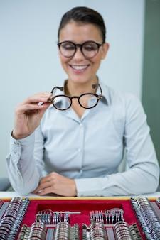 Optyk patrząc na okulary