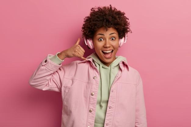 Optymistyczna Ciemnoskóra Kobieta Wykonuje Gest Oddzwonienia Darmowe Zdjęcia