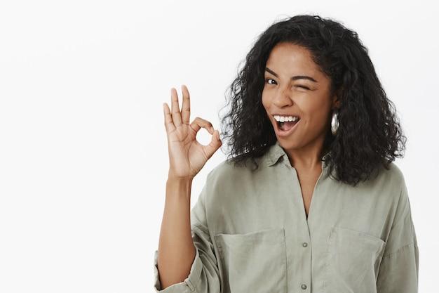 Optymistyczna pewna siebie i beztroska chłodno afroamerykańska kobieta