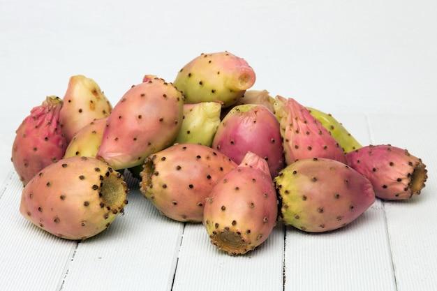 Opuntia ficus-indica kaktusowe owoc na białym tle