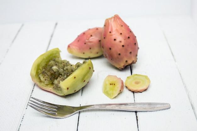 Opuntia ficus-indica kaktusowe owoc otwierać na białym tle