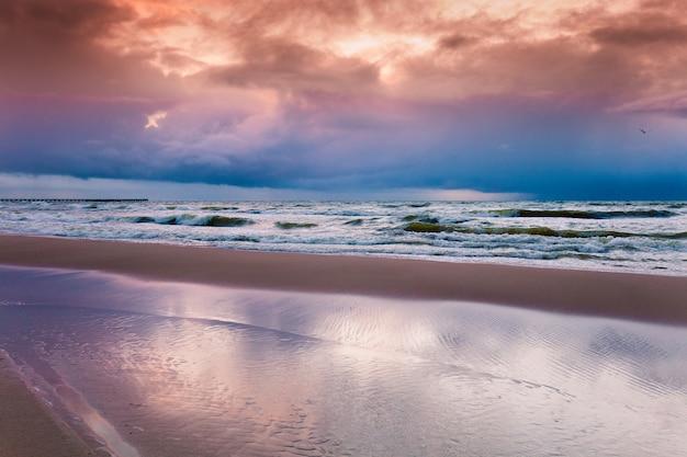 Opustoszała plaża w sztormową pogodę