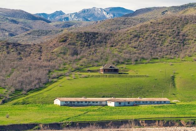 Opuszczona farma mleczna na zboczu wzgórza