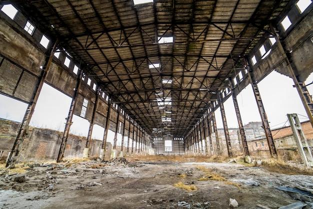 Opuszczona hala fabryczna. hangar w starej opuszczonej fabryce