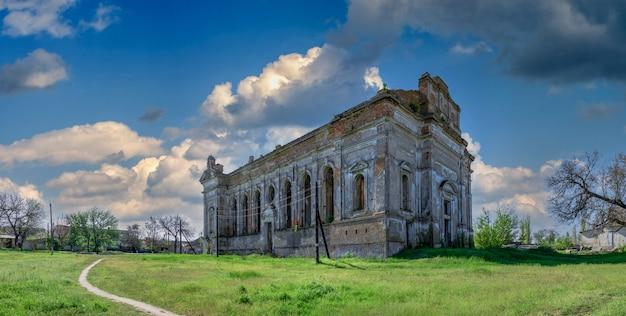 Opuszczona katedra wniebowzięcia najświętszej maryi panny we wsi lymanske, obwód odeski, ukraina