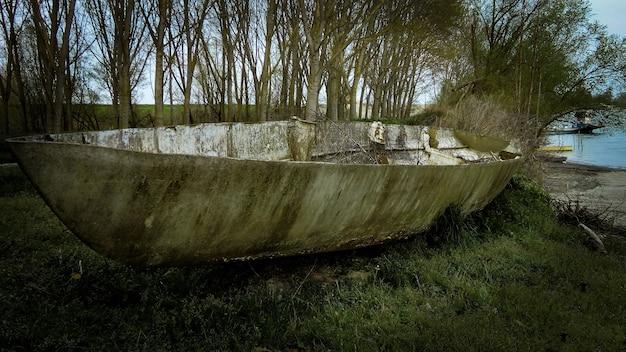 Opuszczona łódź na brzegu rzeki we włoszech