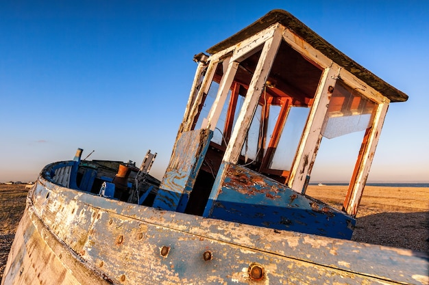 Opuszczona łódź rybacka na plaży dungeness w kent