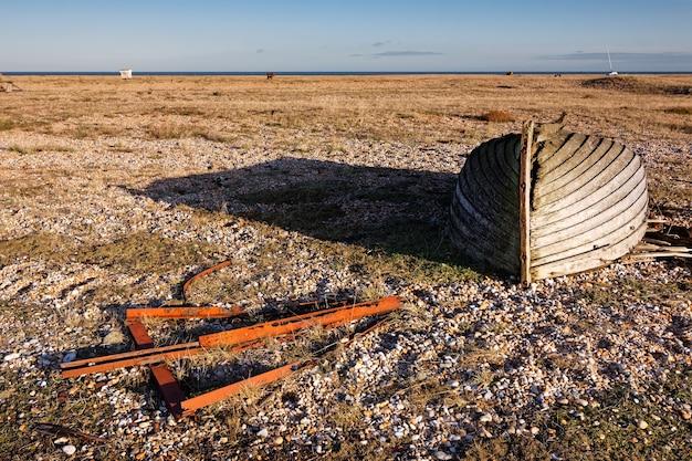 Opuszczona łódź wiosłowa na plaży dungeness w kent, 17 grudnia 2008 r.