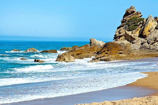 Opuszczona plaża na wybrzeżu atlantyku w pobliżu kadyksu w hiszpanii.