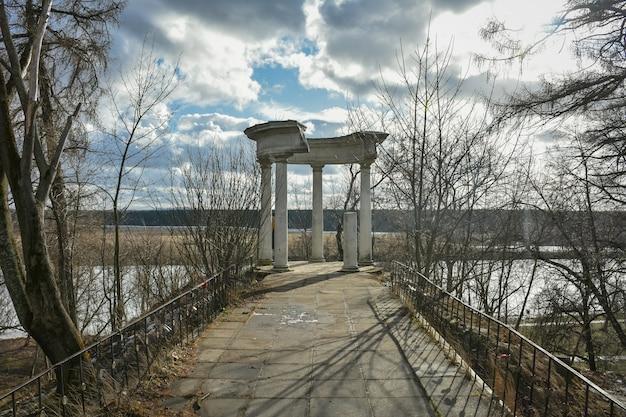 Opuszczona rotunda w parku, zniszczona rotunda, opuszczona altana