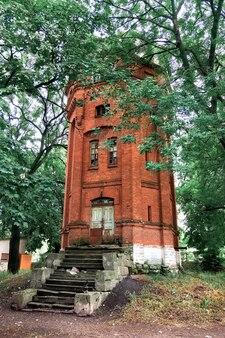 Opuszczona wieża ciśnień z czerwonej cegły