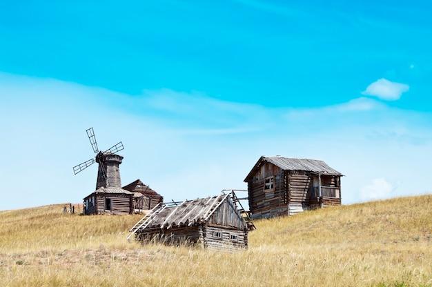 Opuszczona wioska. wiejski krajobraz