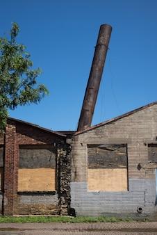 Opuszczony budynek przemysłowy w minneapolis, hrabstwo hennepin, minnesota, usa