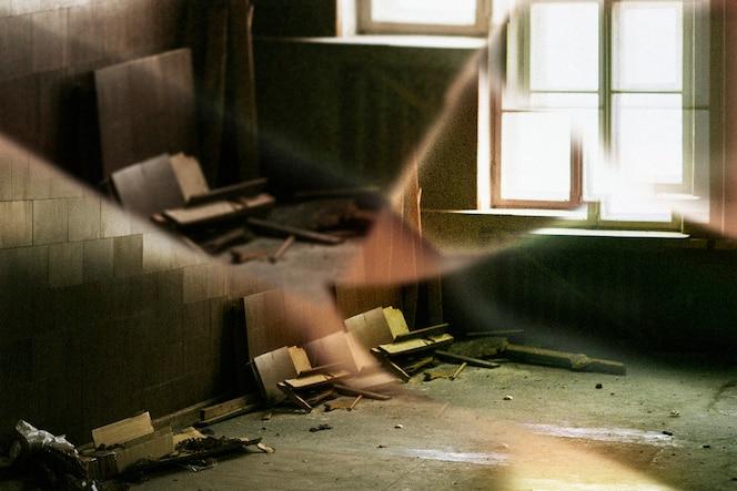 Opuszczony budynek z efektem soczewki pryzmatycznej