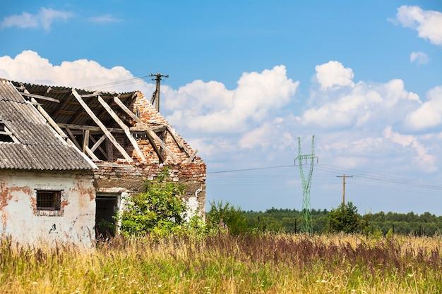 Opuszczony dom gospodarski w polu. strzał poziomy