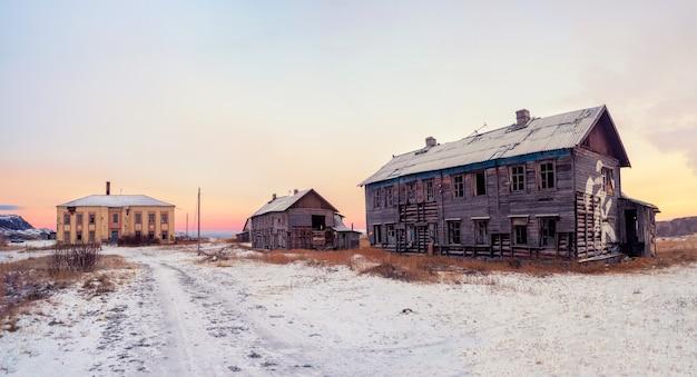 Opuszczony dom na tle arktycznego nieba