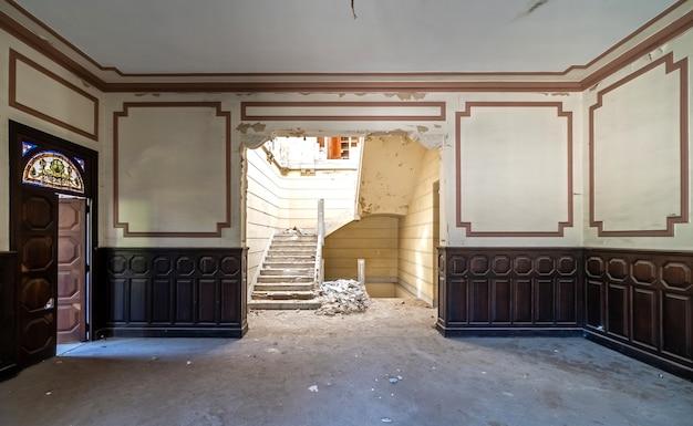 Opuszczony i zrujnowany dwór