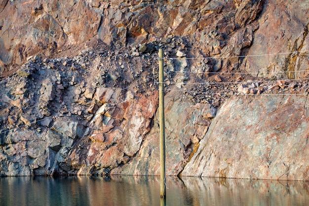 Opuszczony kamieniołom górniczy. rama pozioma
