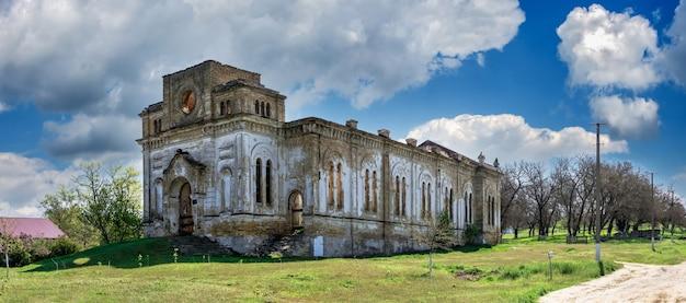Opuszczony kościół katolicki świętej trójcy we wsi łymańskie, obwód odeski, ukraina