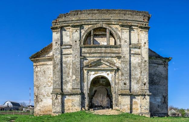 Opuszczony kościół wniebowzięcia nmp we wsi kamenka, obwód odeski, ukraina