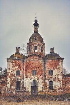 Opuszczony kościół zbawiciela w saltykowie, nieaktywny kościół chrześcijański, opuszczony kościół, rozpadająca się świątynia we wsi