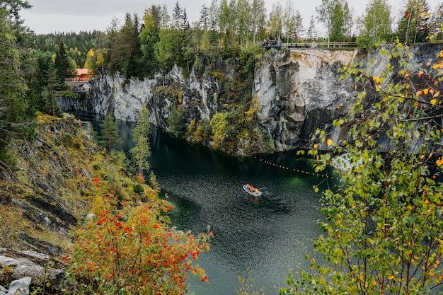 Opuszczony marmurowy kanion w górskim parku ruskeala karelia russia