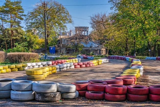 Opuszczony park dukovsky'ego w odessie na ukrainie w słoneczny jesienny dzień