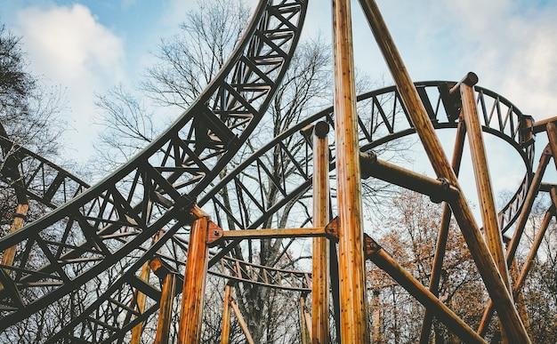 Opuszczony park rozrywki jazda roller coaster