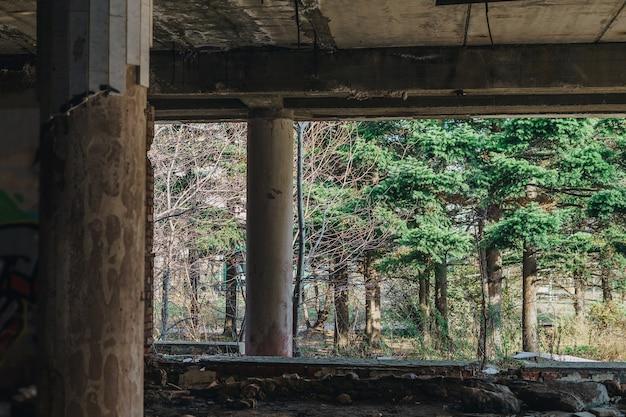 Opuszczony sowiecki budynek z wybitymi oknami i gruzem. konsekwencje wandalizmu.