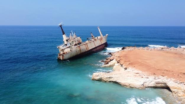 Opuszczony statek w pobliżu plaży na cyprze zardzewiały statek osiadł na mieliźnie niedaleko brzegu