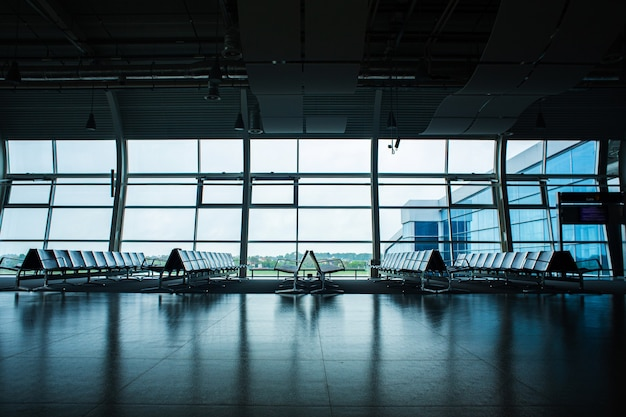 Opuszczony terminal lotniska. rzędy pustych miejsc w poczekalni.
