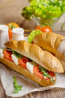 Organiczna domowa kanapka caprese z pomidorem, mozzarellą.