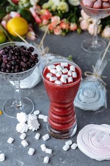 Organiczna jagoda smoothy wykonana ze świeżych składników