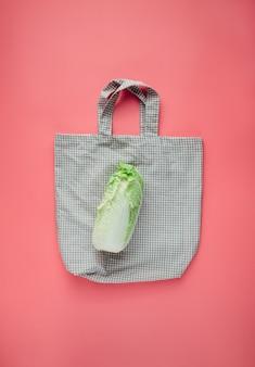 Organiczna kapusta pekińska na bawełnianej torbie na zakupy wielokrotnego użytku