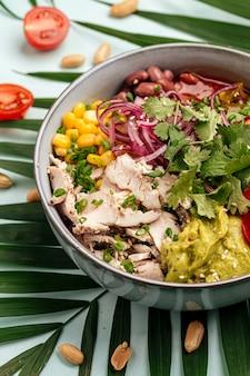 Organiczna miska z kurczaka po hawajsku z ryżem i warzywami