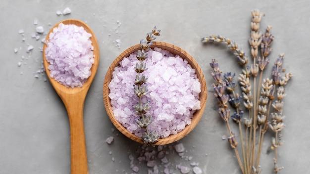 Organiczna sól detoksykująca i suszone liście lawendy
