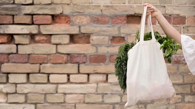 Organiczna torba z miejscem na kopię pietruszki i koperku