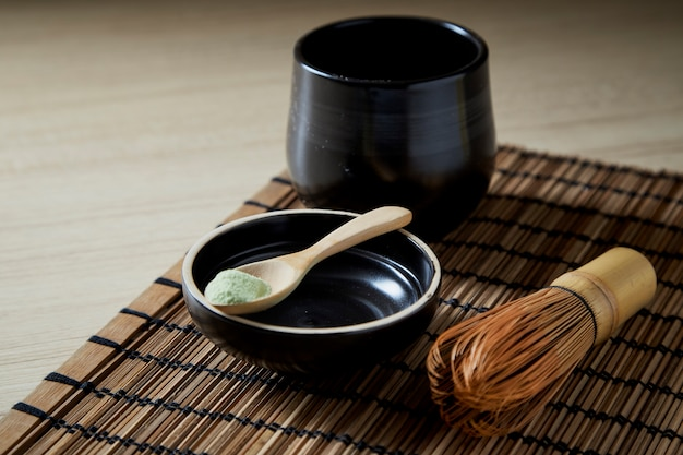 Organiczna zielona herbata matcha na drewnianym