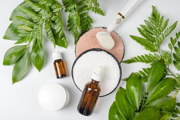 Organiczne bio kosmetyki z ziołowymi składnikami. naturalny ekstrakt, olej, serum ze świeżymi liśćmi.