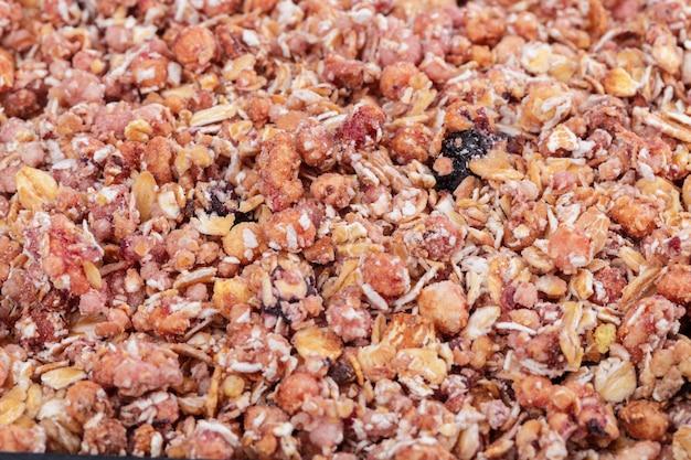 Organiczne domowe płatki zbożowe granola z owsem i migdałami. tekstury owsiane muesli lub muesli jako tło.