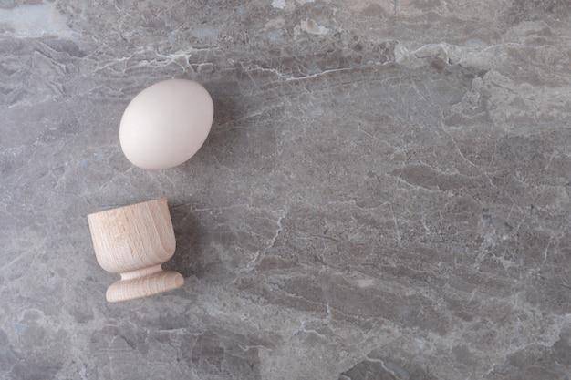 Organiczne jajko na twardo na marmurowym stole.