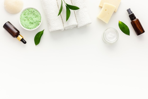Organiczne kosmetyki spa z olejkiem z drzewa herbacianego i solą morską