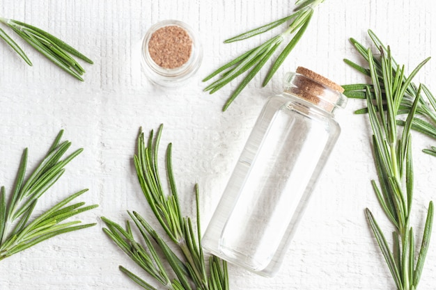 Organiczne kosmetyki z ekstraktami z ziół rozmarynem na białym tle. widok z góry.