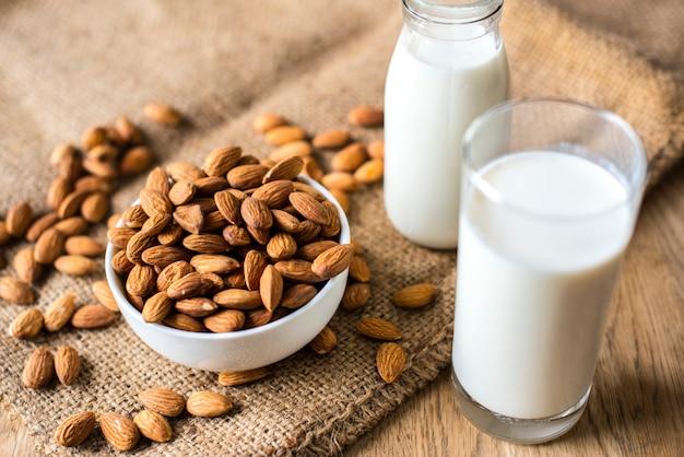 Organiczne mleko migdałowe i migdały