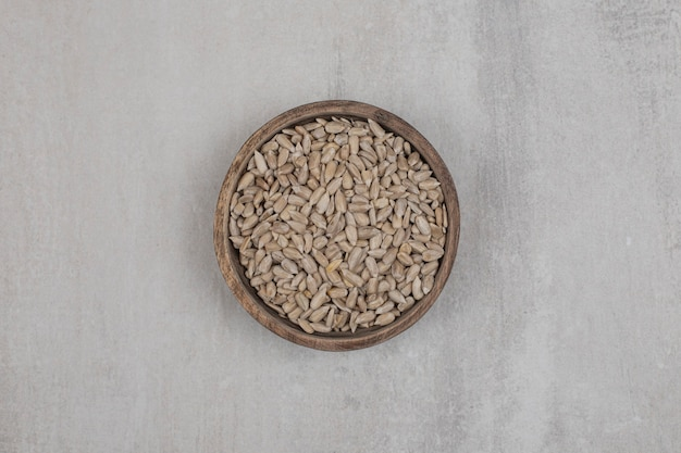 Organiczne nasiona słonecznika w drewnianej misce.